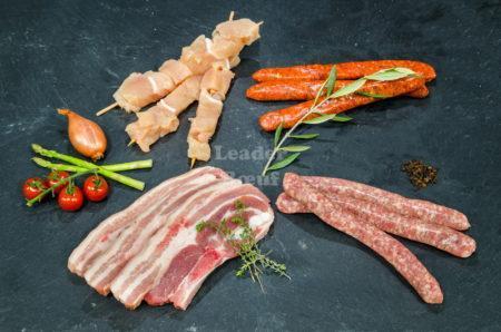 """Assortiment """"Géant grill"""" 10 personnes. Brochettes de poulet, poitrine de porc, merguez et choix de chipolatas"""