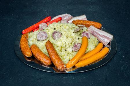 """Assortiment """"Choucroute"""" 10 personnes. Chou cuit, saucisse fumée, saucisses de Francfort et de Strasbourg, saucisson à l'ail, demi tranches de poitrine cuite (1 Kg de chou cuit OFFERT)"""